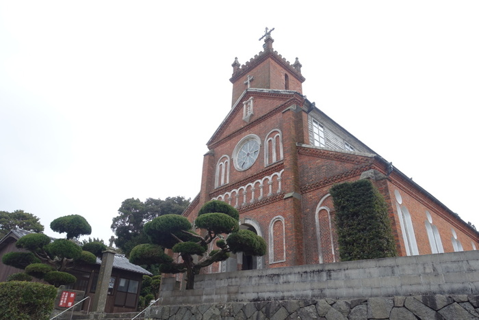 薫と千太郎が再会を果たす場所が「黒島天主堂」です。佐世保からはフェリーで行きます。「長崎と天草地方の潜伏キリシタン関連遺産」の構成資産です。事前に予約をすれば内部を見学することができますよ。