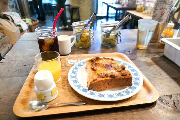 麻里子が、いつも自分の味方をしてくれるおばあちゃんを連れて食べに行ったのが、チリパーラーナインです。市ヶ谷駅と九段下駅のちょうど中間、靖国神社の近くにあります。8時から営業していて、モーニングにはゆで卵がついてくる♪
