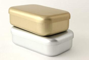 松野屋の「アルマイト弁当箱」は、全体の曲線と角の丸みが柔らかな印象を与えます。定番のシルバーと上品なゴールドの2色展開です。