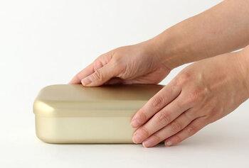程よいサイズ感。仕切りがないので自分の好きなように詰められます。表面の酸化膜によって傷が付きにくく、衛生的で飽きずに長く使えるお弁当箱です。