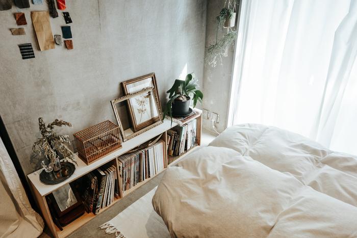 植物は、お部屋にフレッシュな空気を運んでくれます。小さいものでもよく見える場所に置いたり、吊るして飾ったりすれば、お部屋に与える印象も強くなりますよ。