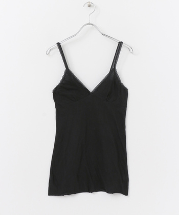 「MILFOIL」のオーガニックコットンのキャミソールは、女性らしいデコルテラインが魅力的。パッドを入れてカップ付きキャミソールとして使用することもできます。丈が長めで伸縮性があるから使いやすい◎