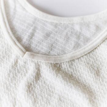 着用時に違和感を覚えやすい首や肩の部分は、シルクを使うという一工夫が。細部にまでこだわって作られた、やさしく軽やかな着心地のキャミソールとなっています。