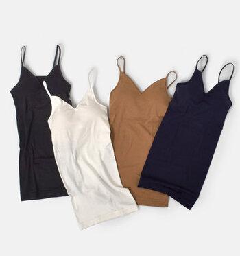 ふんわりやわらかい肌触りが自慢の「Souple Luz」のキャミソール。スーピマオーガニックコットンの光沢がとても上品です。吸水性・速乾性に優れているので、汗ばむ季節も快適!肩紐が調節できるから、着心地も快適です。