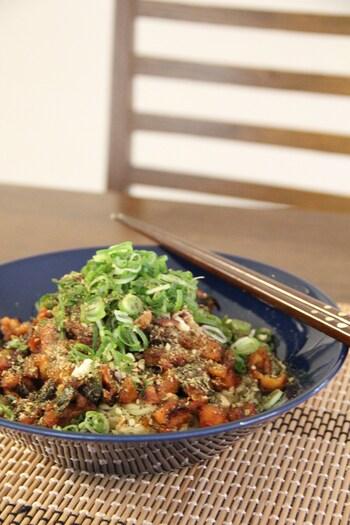 こちらはミンチ肉の代わりに、車麩を使った低カロリーな「汁なし担々麵」です。中華料理のスパイス・花椒(ホアジャオ)や、ピリリと辛い豆板醤を加えることで本格的な味わいに。辛いのが苦手な方や小さいお子さんには、豆板醤の代わりに味噌を使っても◎。