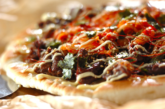 牛肉とキムチを載せた食べごたえたっぷりのプルコギピザ。自家製のピザ生地を使ってフライパンで焼き上げます。