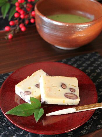 黒豆を使ったチーズケーキは、材料を混ぜて焼くだけなので簡単です。柚子の香りが爽やかなアクセント。冷蔵庫で冷やしてお召し上がりください。