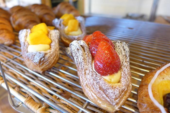 季節のフルーツをのせたデニッシュは、スイーツのような贅沢な味わいが魅力です。ほかにも、カレーパンやクロックムッシュなどのお惣菜パンも充実し、店頭には40種類ものパンが揃います。