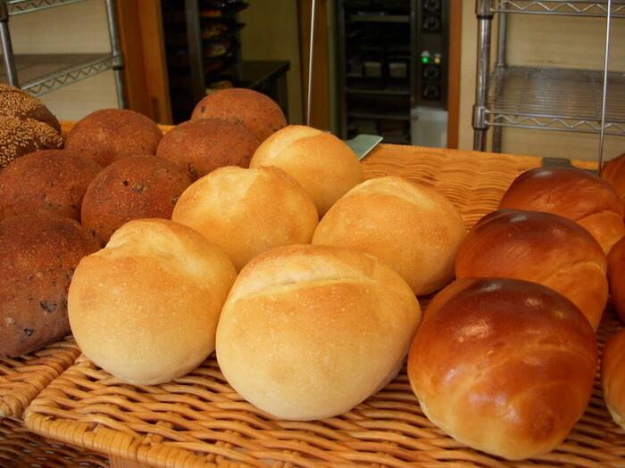 シンプルなテーブルパンは、毎日食べても飽きないよう素材を厳選しているそう。ゆっくりと発酵・熟成させた生地は、外側の香ばしさと食べたときのもちっと感が評判です。