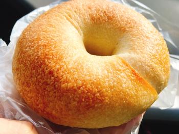 ベーグルをはじめ30種類ほどあるバリエーションの中から、日替わりでお食事系のパンが登場します。北海道産の小麦をメインに使用し、自家製の天然酵母種とサワー種を種継ぎするなど、素材や製法にこだわっています。