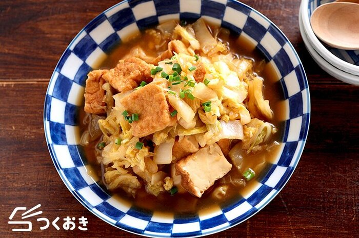やさしい味で体の内側から温まる、白菜と厚揚げの甘辛煮のレシピ。フライパンを使うことで早く火が通り、煮る時間を短縮できます。基本的にほうっておくだけなのでラクラク。