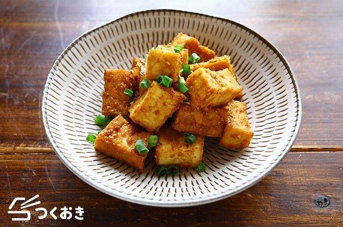 甘辛ごまだれで厚揚げ豆腐を香ばしく焼き上げて。ボリューム感があり、なかなか食べごたえがあります。冷めてもおいしいので、お弁当にもぴったり。薬味をそえておつまみにしても◎。