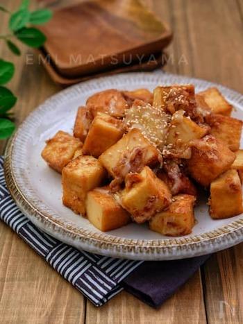 もちもちの絹厚揚げに、甘辛醤油とおかかチーズが絡んで絶品。仕上げにとろけるチーズをのせるとおいしさがアップします。