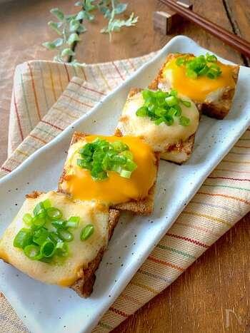 とろとろのチーズの下に隠れたしゃきしゃきのえのきがポイント。ビールのおつまみにぴったりな簡単レシピです。