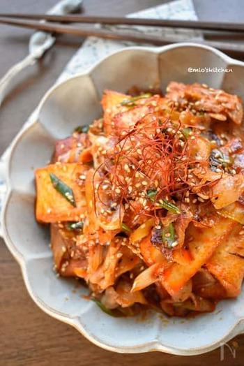 豚バラ肉の脂がチリソースとよく絡み、ご飯がすすむたまらない味になります。赤い見た目も食欲を増進させますね。