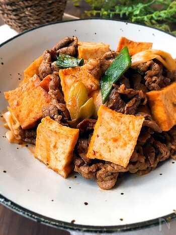 ケチャップとオイスターソースのこっくりとした味がおいしい炒め物。薄切り肉を使うことでタレが絡みやすく、火の通りも短くてすみます。