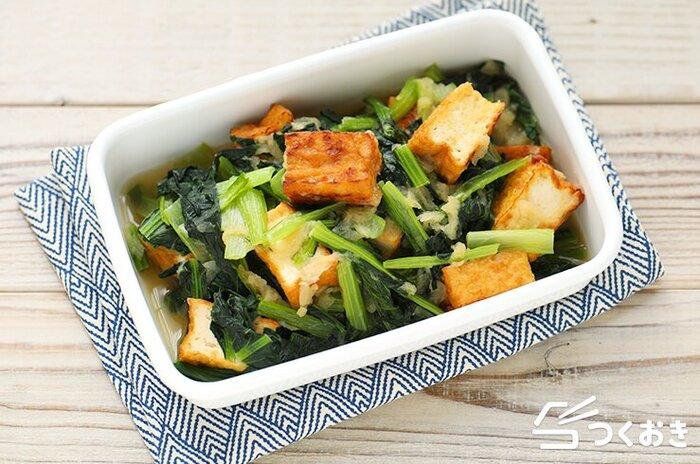 小松菜と厚揚げのみぞれ煮のレシピ。冷めてもおいしいからお弁当の一品にも。手ごろな食材と調味料で作れる、給料日前の節約おかずとしてもおすすめです。