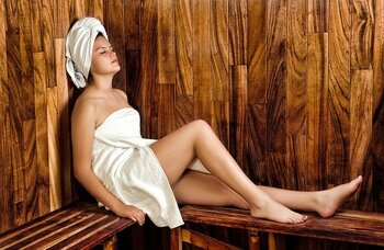 よりサウナを楽しむなら、サウナと水風呂のセットに「休憩時間」を組み入れてみましょう。【サウナ5分→水風呂1分→休憩5分】というように休憩を挟むことで、体中に血液が巡っているのをより感じることができますよ。  ※途中水分補給を忘れずに! ※露天があるならば、外気浴がおすすめ