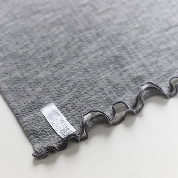 袖や裾はフリル調のメローが施され、さりげないかわいさがプラスされています。タグは外側に取り付けられ、簡単に取り外すことができるやさしい仕様。着ていることを忘れてしまうくらい、自然な気心地のインナーです。