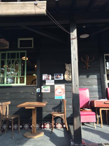 内町の武家屋敷通りのはしにある、黒壁が印象的なカフェが「ねずねこ」です。昭和レトロな内装とアンティーク雑貨に、乙女心がくすぐられます。休日は人でいっぱいの武家屋敷通りだけど、ねずねこでまったり♪