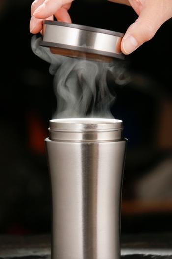 ステンレス製のマグカップは、保温性に優れているので、外で過ごすのが少し寒い時期など重宝してくれます。また保湿だけでなく保冷性もあるので、暑い時期など一年を通して最適な温度のドリンクをいただけます。