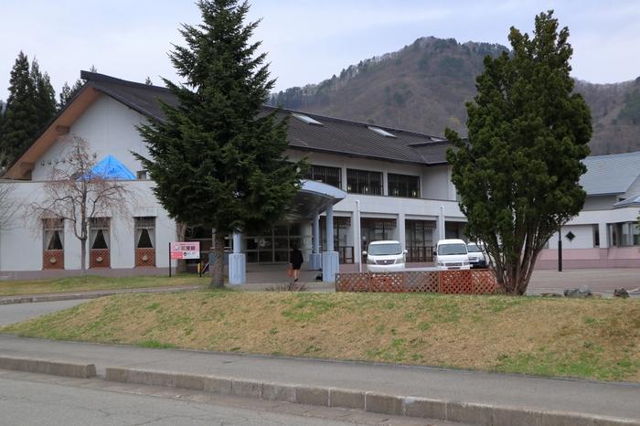 「角館温泉花葉館」は、武家屋敷通りから車で15分ほどの場所にある、日帰り入浴も宿泊もできる施設。地元の人も入浴に訪れるアットホームな温泉です。角館駅からは無料送迎バスで移動できます。