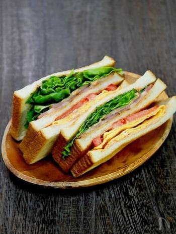 食パンを3枚使ったBLTサンドです。具材はベーコン・レタス・トマトに薄焼き卵をプラス。それだけでグッとボリュームがアップします。トマトの下ごしらえや具材を挟む組み合わせを知っておくと、他のサンドイッチに応用することも可能です。