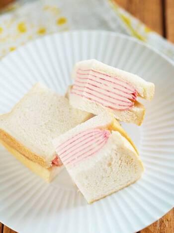 具材はハムとチーズだけなに、いつものサンドイッチがガラッと変わります。ポイントはサンドイッチの断面。しましまの柄がきれいに出るように、切る時は都度包丁をきれいにしましょう。