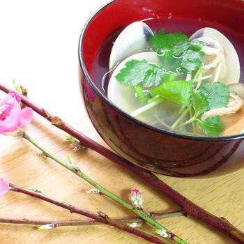 桃の花が咲く頃には縁起のいいハマグリを食べて春の節句をお祝いましょう。ハマグリはいいダシが出るので、シンプルな材料で美味しいお吸い物を作ることができます。