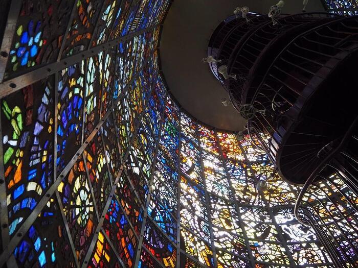 分厚いガラスを槌で手割にした破片で作られたステンドグラスが、高さ18m、内径8mの塔の全面にはめ込まれ、外からの光を受けて幻想的な美しい世界を作り出しています。  中のらせん階段で上部の細かい絵柄もよく見ることができ、一番上まで登ると、彫刻の森美術館全体と箱根の山々が見渡せます。
