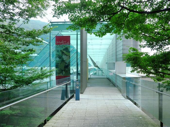 ポーラ化粧品の創業家2代目鈴木常司氏が40年以上をかけて収集した美術品約9500点を公開するポーラ美術館。モネやルノワールを中心とした印象派や20世紀絵画を中心とする西洋近代絵画など名画を多く収蔵し、画期的な企画展や連動企画も開催され、多くのファンを魅了しています。