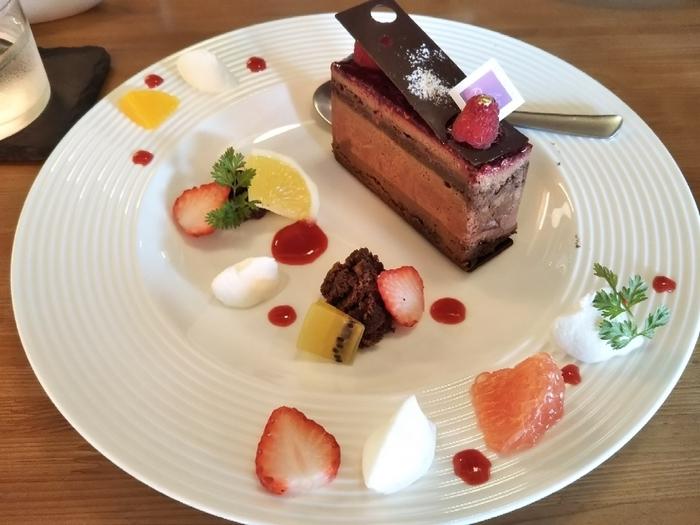 テイクアウトもできますが、イートインならケーキを可愛くデコレーションしてくれます。カットフルーツやクリーム、ソースをあしらったプレートは、写真映えすること間違いなし!