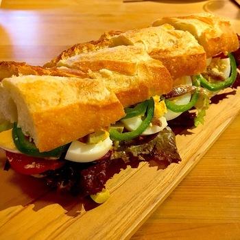 ケーキ以外にサンドイッチもあります。「パン・バーニャ ニース風」は、ツナ・ゆで卵・レタス・トマト・ピーマンなど、とにかく具沢山!ボリューミーで食べ応え満点です。