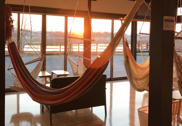 窓からの景色を眺めることができます。特におすすめなのは夕方、ハンモックに揺られながらの夕日は格別です。