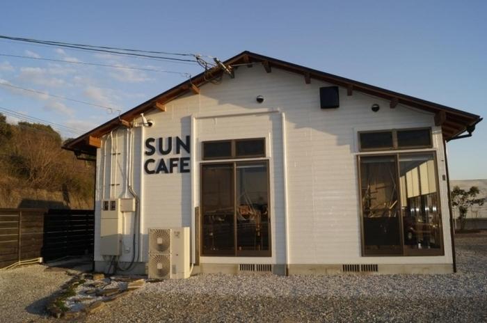 大淀川沿いにある「SUNCAFE」は、他のお店とちょっと違うユニークなお店。一見シンプルな外観ですが、なんと宮崎初のハンモックカフェなんです。