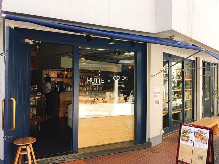 """「若草HUTTE」は、ドイツ語で""""山小屋""""という意味で、""""山と街を繋ぐ場所を作りたい""""という想いで山師の兄弟がオープンしたカフェ。1階がカフェ、2・3階はコワーキングスペースの「co-ba Miyazaki」です。"""