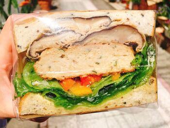 サンドイッチ、スープ、季節の野菜がワンプレートになった「HUTTEサンドプレート」も人気。自家製パンを使ったオリジナルサンドは、鴨のパストラミ・原木椎茸のオイルピクルス・ニンジンマリネなどをたっぷりと挟んだ、ボリューム満点の一品です。