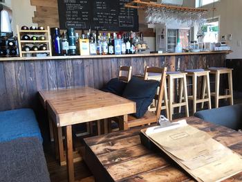 木を基調としたナチュラルな雰囲気の店内。カウンター席とテーブル席があり、開放的な空間です。