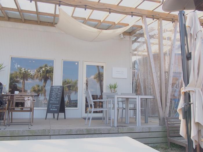 「Cafe Coast Life」は、サーフショップ「HIGHSURF」のオーナーが隣のスペースをおしゃれなカフェとしてオープンしたお店。目の前には海が広がり、まるで海外のリゾート地にいるような気分が味わえます。