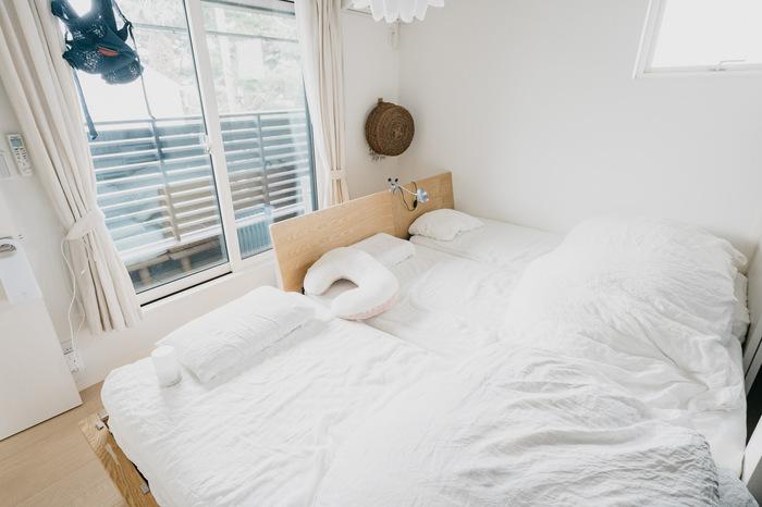 寝室では、ベッドリネンの色を変えると手軽な模様替えになります。こちらのお部屋のように真っ白に揃えれば、清潔感あふれる明るい寝室に。