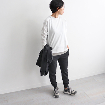 白のロンTに黒のスウェットパンツを合わせた、ちょっぴりボーイッシュなスポーティーコーデ。トップスの裾からグレーのインナーを覗かせることで、おしゃれさもきちんとアピール。