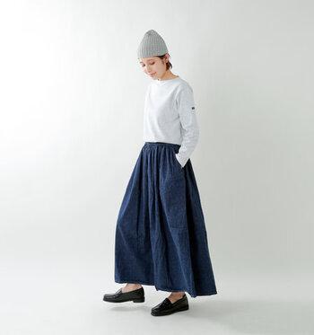白のロンTを、デニムのロングスカートにタックインしたベーシックなコーディネート。グレーのニット帽でカジュアルな雰囲気に仕上げつつ、足元のローファーシューズで大人っぽさをしっかりアピールしているのがポイントです。シャツなどを腰に巻いて、アクセントをプラスしても◎。