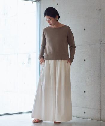 ブラウンのロンTに、白のロングスカートを合わせたコーディネート。シンプルなアイテム同士を組み合わせて、ラフなのに女性らしい雰囲気を醸し出している着こなしです。大ぶりのイヤーアクセサリーが、シンプルコーデの格上げにも大活躍しています。