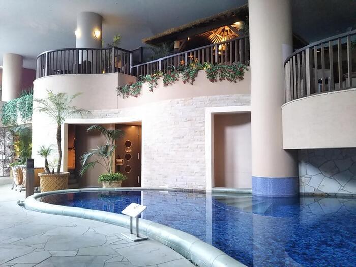 東京ドームに併設されている「スパ ラクーア」は、天然温泉・サウナ・エステ・レストランなどが集まったスパ施設。女性用サウナは中高温サウナ(アウフグースあり)・フィンランドサウナ(ロウリュ付き)・ミストサウナの3種類です。また、別料金のエリア「ヒーリング バーデ」にも、岩盤浴効果のある低温サウナが4種類あります。