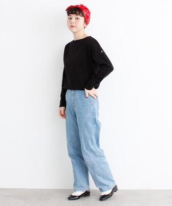 黒の無地ロンTに、薄いブルーのデニムパンツを合わせたコーディネートです。足元は黒のパンプスと白ソックスで、カジュアル×キレイめのミックススタイルに。頭に巻いた赤スカーフで、シンプルコーデを今っぽく格上げしています。