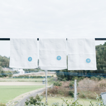 白地にさりげなく浮かぶ水玉模様が、とってもキュートなフェイスタオル。糸をよらずに束にしたまま織る「無撚糸」と呼ばれる製法で作られているので、肌触りのよいフワフワ感が続きます。おしゃれでホテル品質のタオルなら、自宅用としてはもちろん、ちょっとしたギフトにもぴったりですね。
