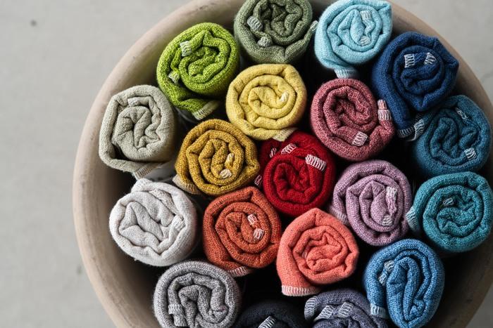 先染めの糸を使用し、ポツポツト浮かぶネップ素材が個性的な表情を演出してくれるタオルです。速乾・吸水性に優れた薄さで、入浴時やスポーツなどさまざまなシーンで活躍してくれます。全19色というカラー展開の豊富さも大きな魅力。ついつい色々なカラーを揃えたくなってしまいますね♪