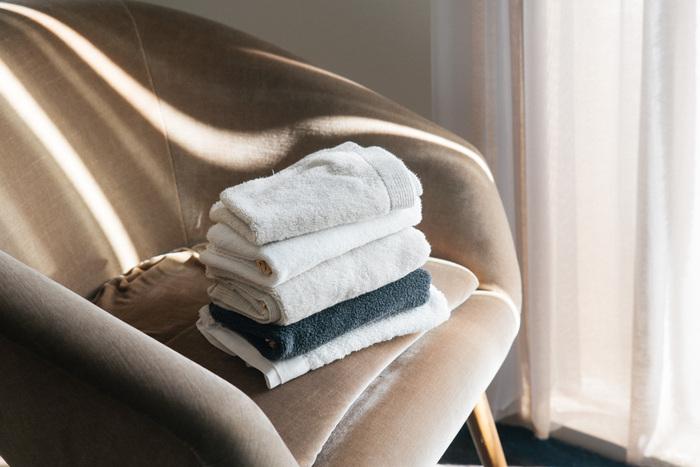 オーガニックコットンを3本束ねて作られた、とっても贅沢なバスタオル。ソフトでしなやかな質感と、十分な耐久性を実現しています。微妙に濃度の違う糸を使っているため、高級感のある色彩に仕上がっているのも特徴のひとつ。シンプルながらも使い心地のよい、リッチ感溢れるタオルです。