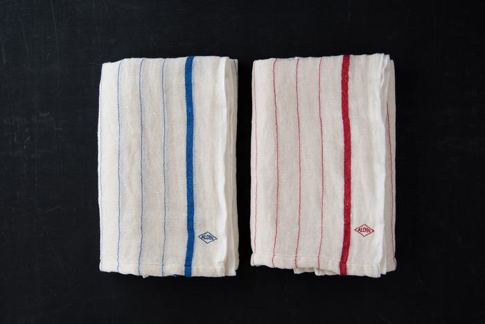 昔ながらの織り機を使い、手作業で一枚ずつ丁寧に裁断して作られているWガーゼ素材のバスタオルです。吸湿性が良く乾きやすい薄手のタオルは、自宅用としてはもちろんアクティブシーンや温泉などでも大活躍。使いこむほどに柔らかくしなやかな肌触りとなり、何年も愛用したくなる一枚です。
