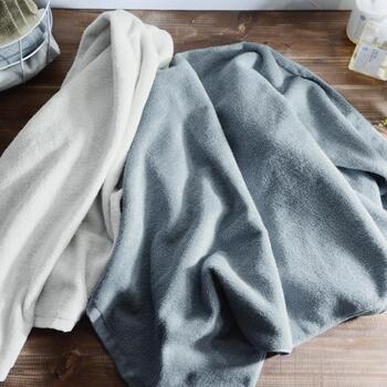 よく水を吸うことを追及して作られた、ミニサイズのバスタオル。洗濯がしやすく、子どもサイズとしても活躍する大きさです。手で握ると「キュキュ」と音が鳴る、独特な感触の「雪音加工」が施されています。一般的なタオルよりも糸を緩く織り上げた甘織り仕様で、吸水性が高く柔らかさが魅力的なバスタオルです。